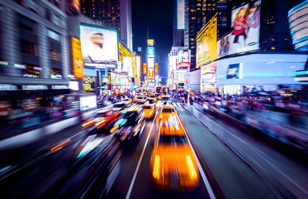 Time Square - Nowy Jork w ruchu. Ujęcie samochodów w ruchu z rozmyciem ruchu.
