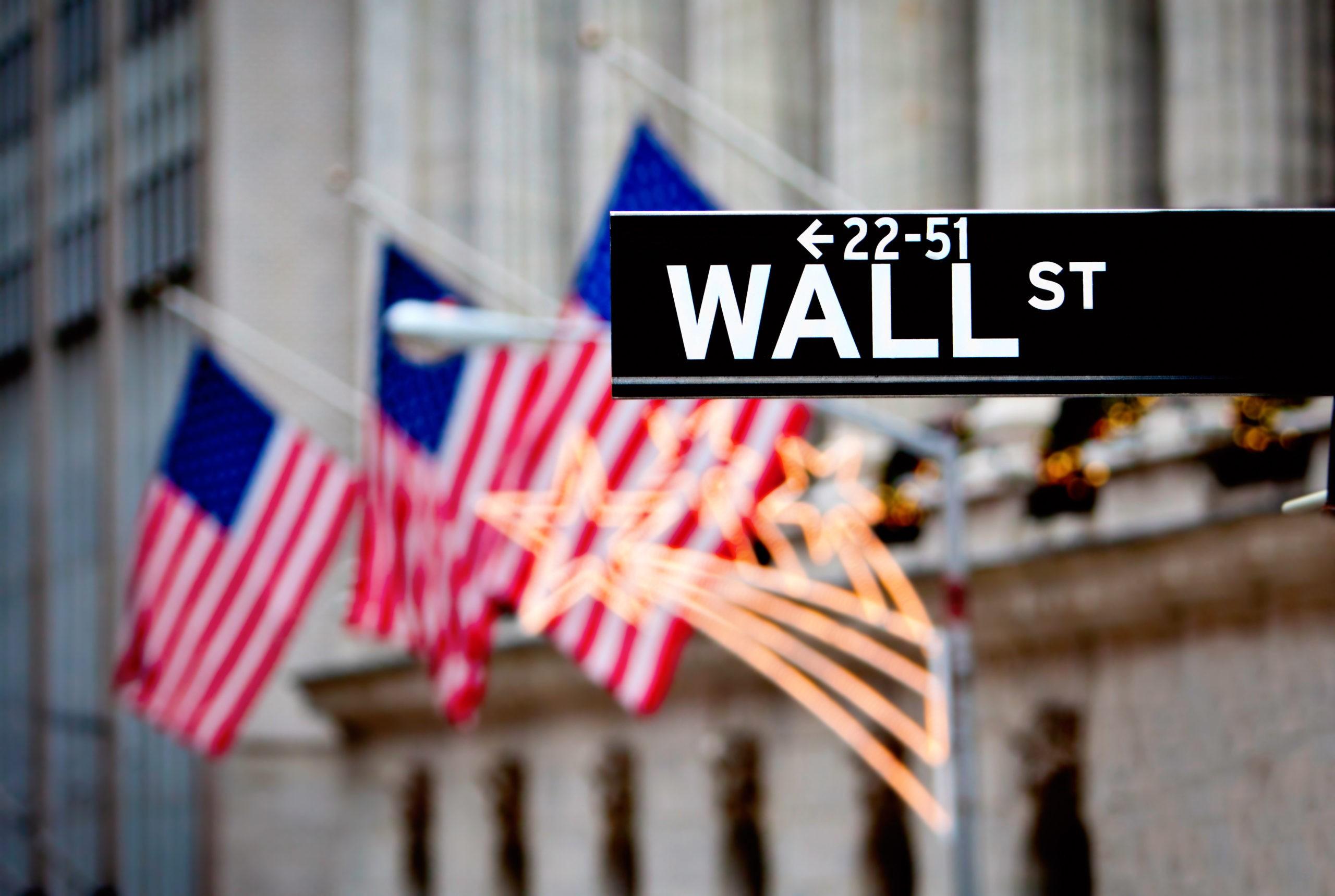 Wall Street znak w Nowym Jorku z New York Stock Exchange tle