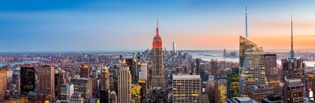 Widok z lotu ptaka na Nowy Jork o zachodzie słońca. Empire State Building jest zabarwiony na czerwono, aby uczcić New York City Fire Department (FDNY)