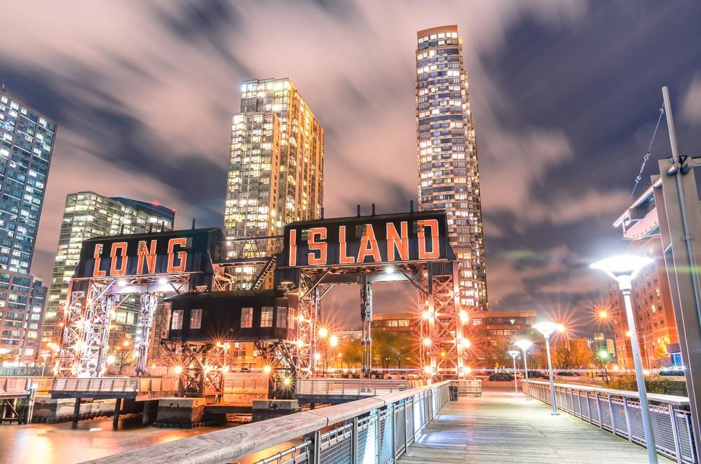 Pier of Long Island w pobliżu Gantry Plaza State Park - dzielnica Queens - Nowy Jork