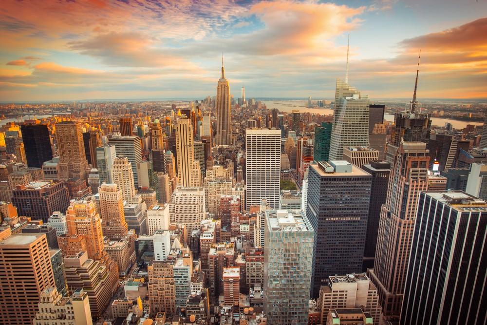 Zachód słońca z lotu ptaka Nowego Jorku patrząc na centrum Manhattanu w kierunku centrum miasta.