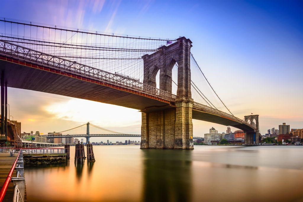 Most Brooklyński w Nowym Jorku o świcie.