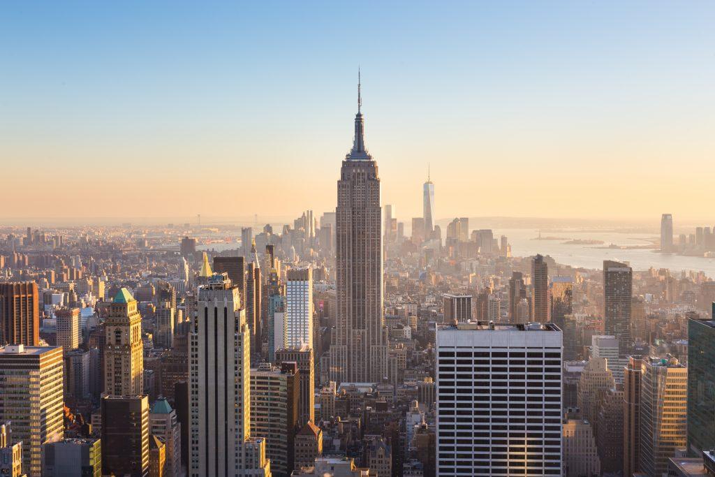 Nowy Jork. Manhattan centrum panoramę miasta z oświetlonym Empire State Building i drapaczami chmur o zachodzie słońca.