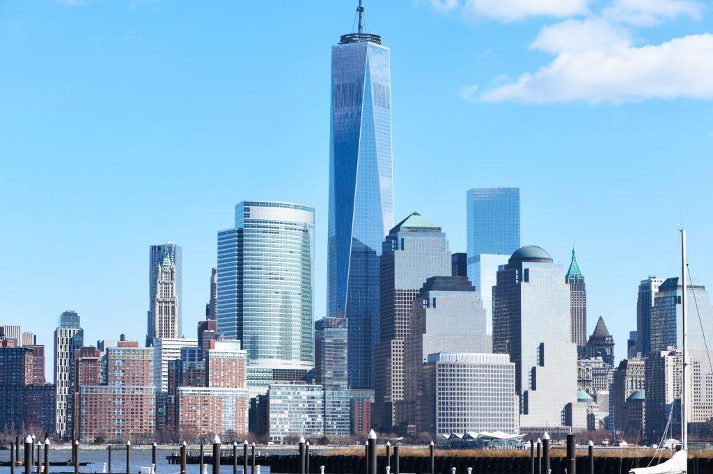Nowy Jork Manhattan z wieżą One World Trade Center (aka Freedom Tower) nad rzeką Hudson oglądaną z New Jersey