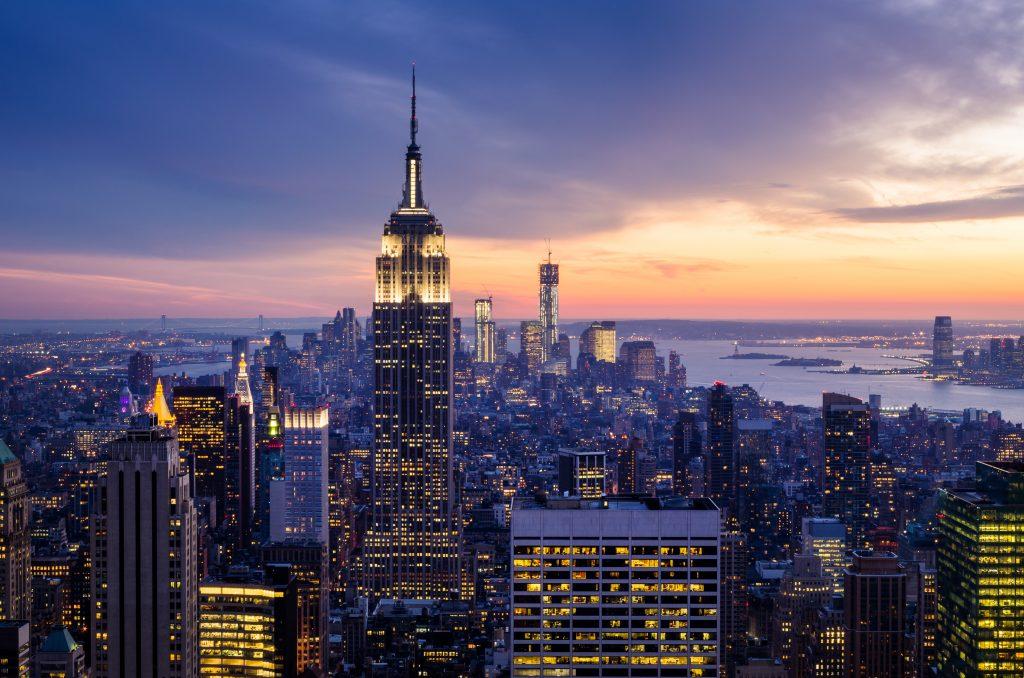 Nowy Jork z drapaczami chmur o zachodzie słońca