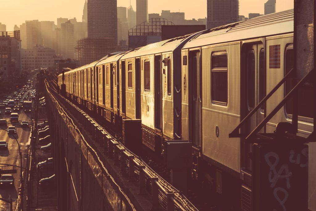 Pociąg metra w Nowym Jorku przy Sunset