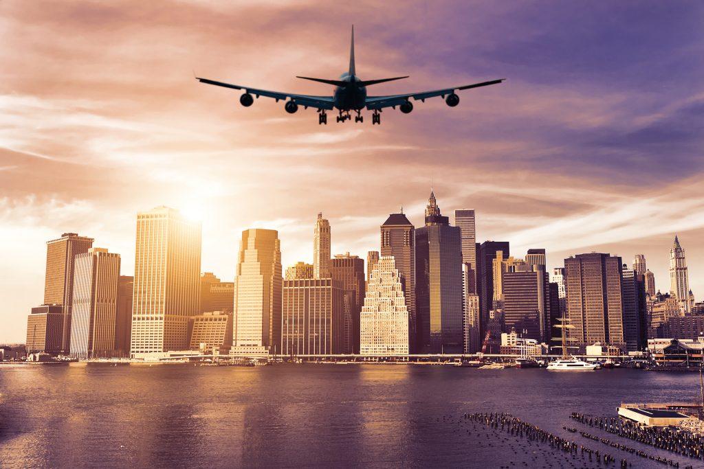 Samolot zbliża się do Nowego Jorku o zachodzie słońca - Manhattan, Nowy Jork