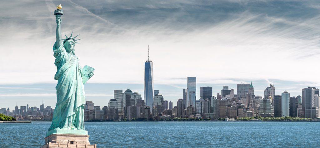Statua Wolności z One World Trade Center tło, zabytki Nowego Jorku, USA
