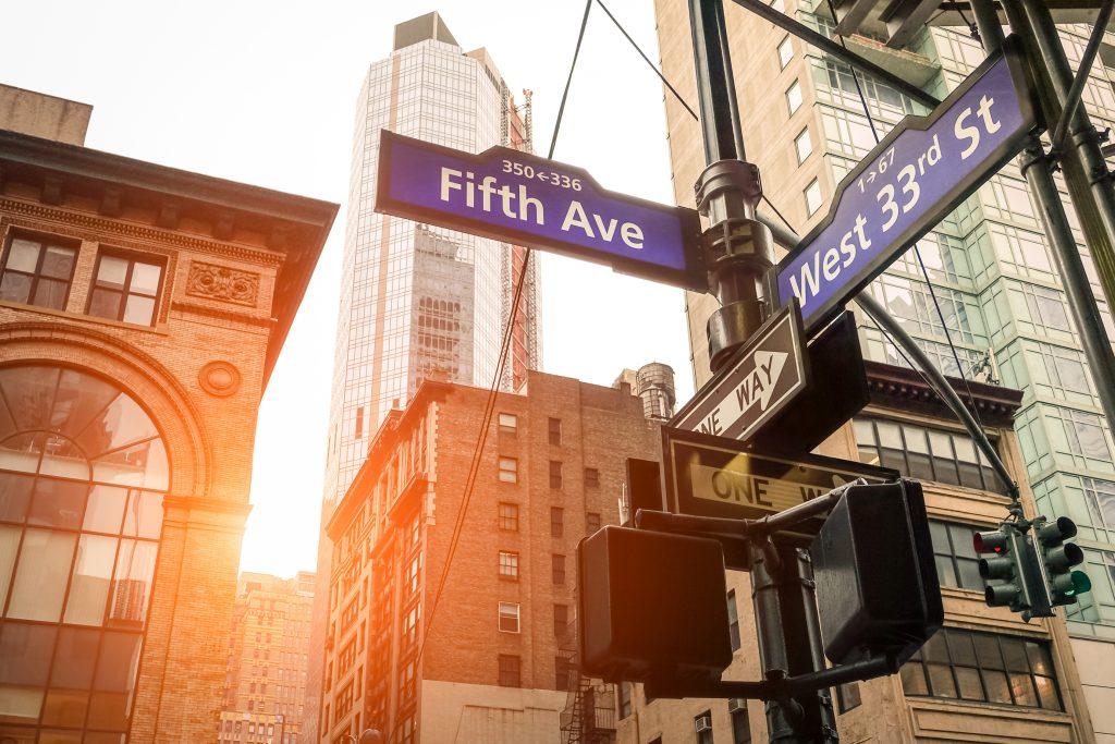 Ulica znak Piątej Ave i West 33rd St o zachodzie słońca w Nowym Jorku - koncepcja miejska i kierunek drogi w Manhattanie śródmieściu - amerykański światowej sławy cel stolicy na ciepły dramatyczny przefiltrowany wygląd