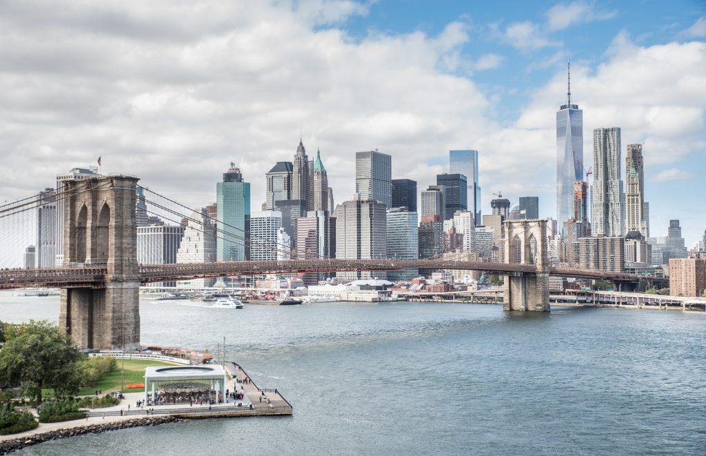 Widok na Most Brooklyński i panoramę Manhattanu - Nowy Jork centrum, sfotografowany z mostu Manhattan